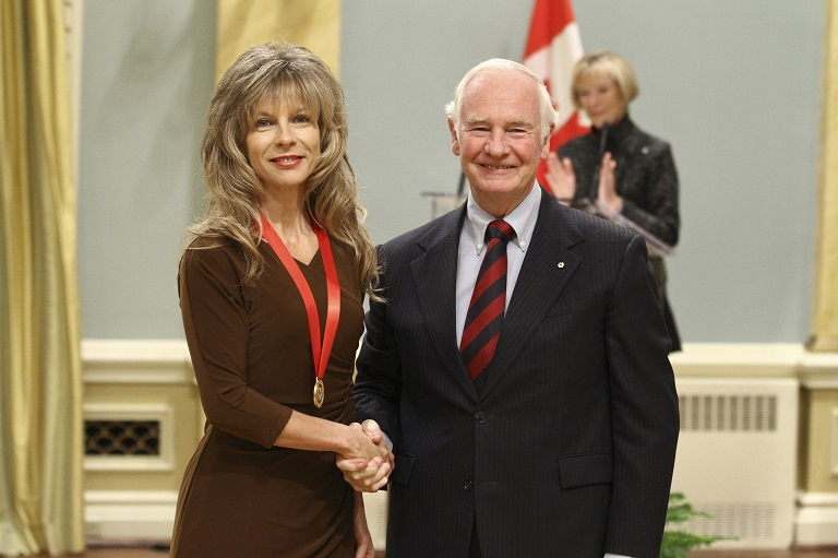 Sylvia Smith acceptant son prix à Rideau Hall, 2011.