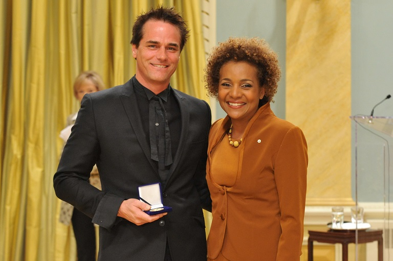 Paul Gross acceptant son prix à Rideau Hall, 2009.