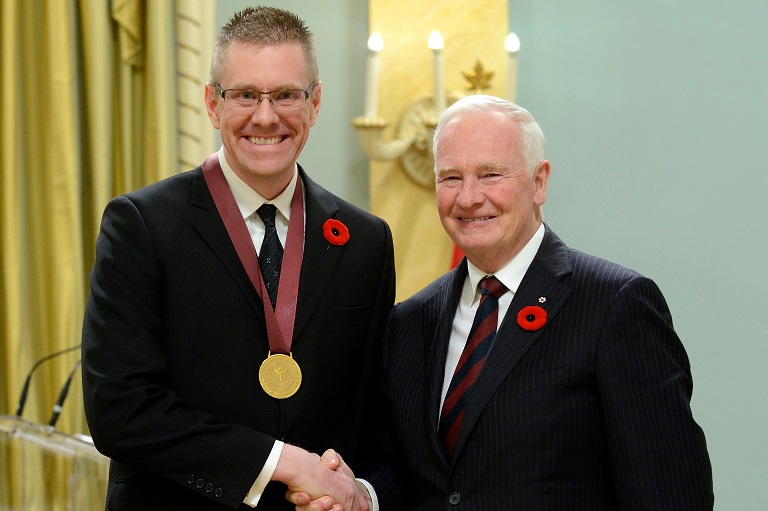 Michael Berry acceptant son prix à Rideau Hall, 2014.