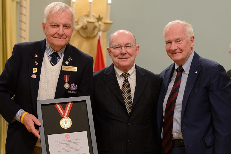 L'organisation Boomtown Trails Community Initiatives Society acceptant leur prix à Rideau Hall, 2013.