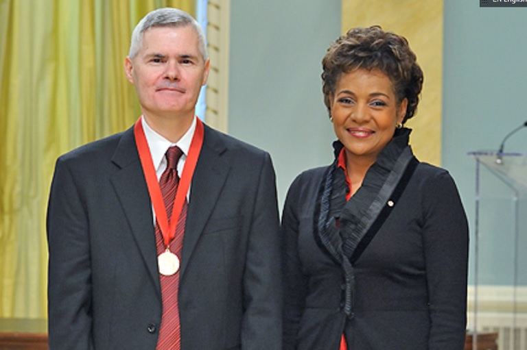 Joe Stafford acceptant son prix à Rideau Hall, 2008.