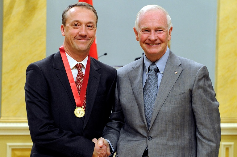 Adrian French acceptant son prix à Rideau Hall, 2010.