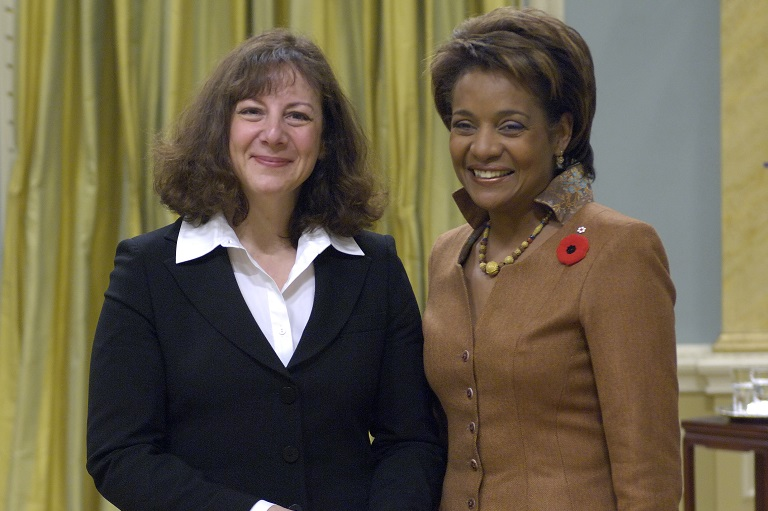 Rose Fine-Meyer acceptant son prix à Rideau Hall, 2007.