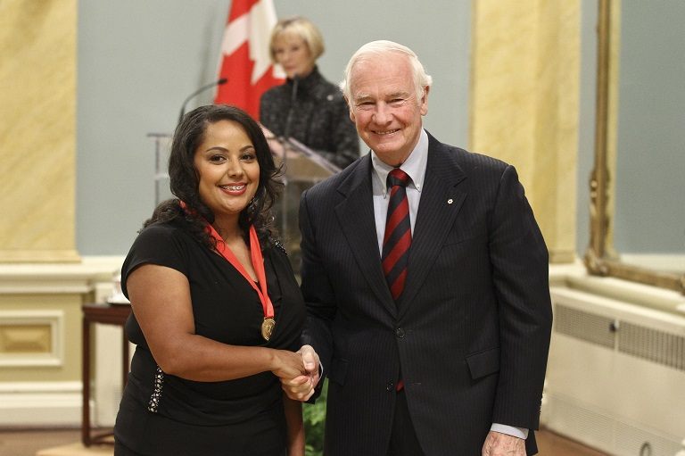 Shantelle Browning-Morgan acceptant son prix à Rideau Hall, 2011.
